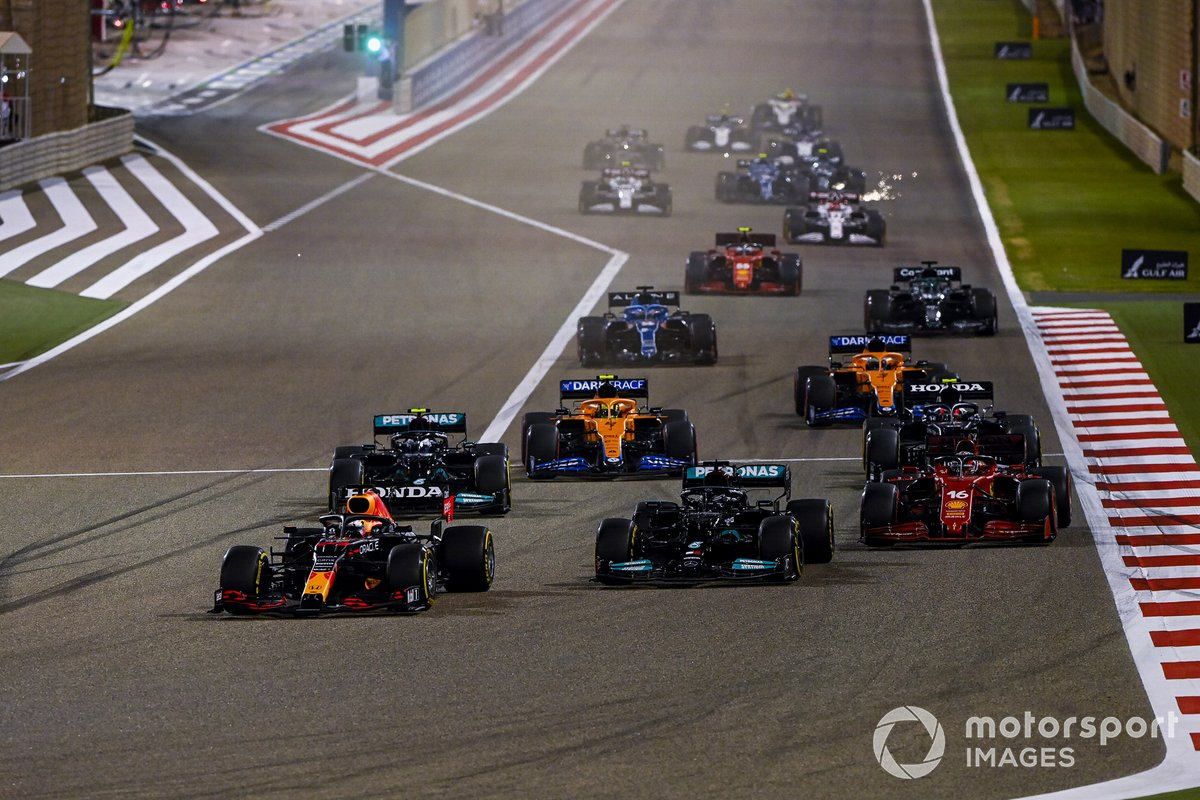 Max Verstappen, Red Bull Racing RB16B, Lewis Hamilton, Mercedes W12, Charles Leclerc, Ferrari SF21, Valtteri Bottas, Mercedes W12, Lando Norris, McLaren MCL35M, and the rest of the field at the start