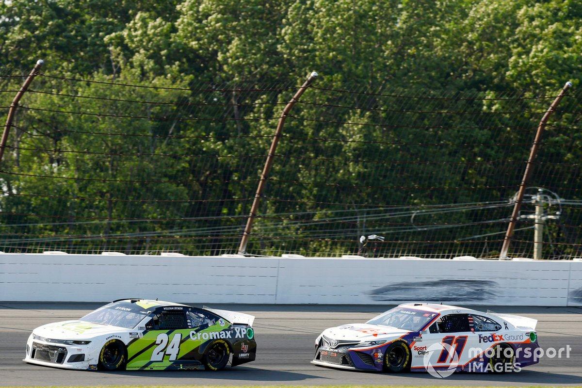 William Byron, Hendrick Motorsports, Chevrolet Camaro Axalta Color of the Year and Denny Hamlin, Joe Gibbs Racing, Toyota Camry FedEx Ground