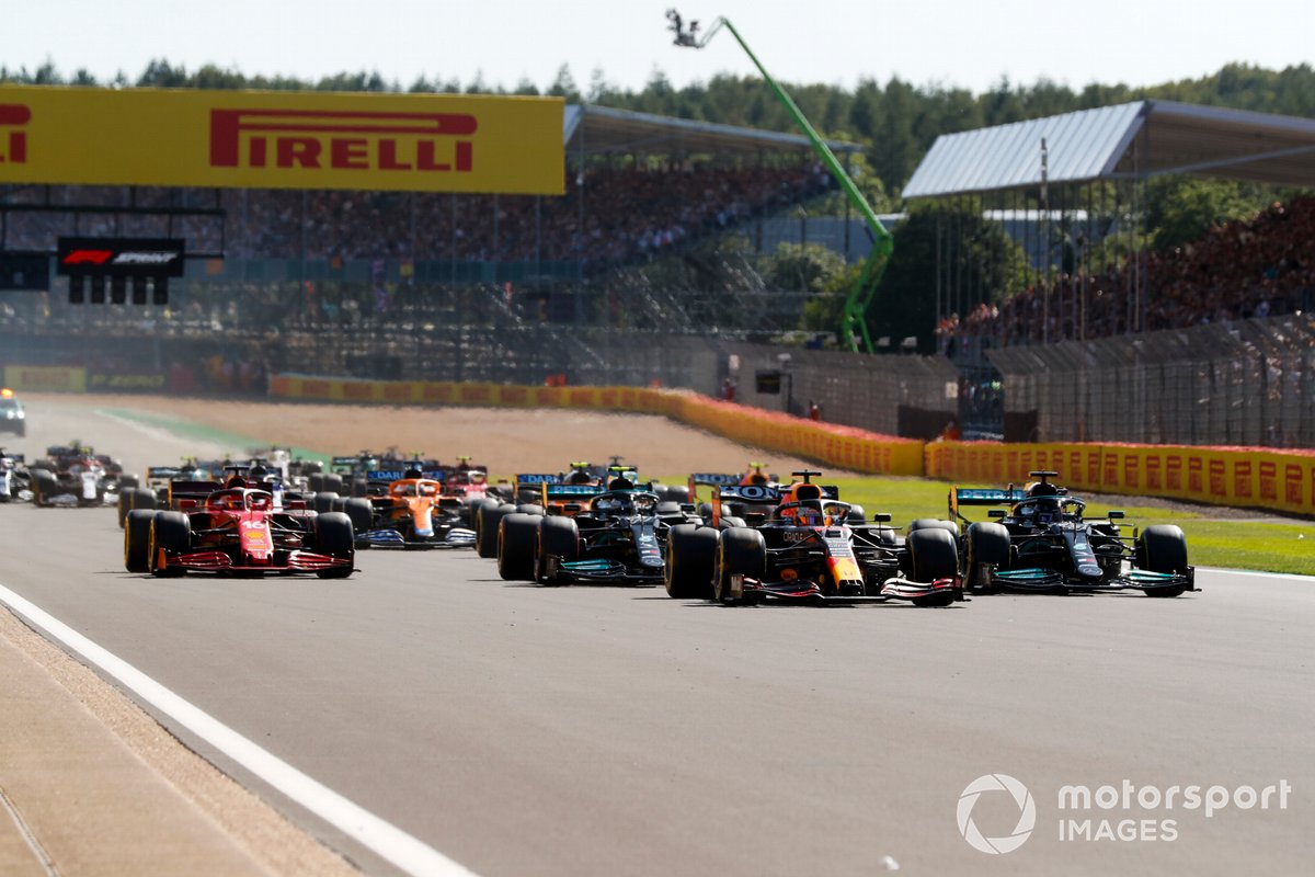 Max Verstappen, Red Bull Racing RB16B, Lewis Hamilton, Mercedes W12, Valtteri Bottas, Mercedes W12, Charles Leclerc, Ferrari SF21, and the rest of the field at the start