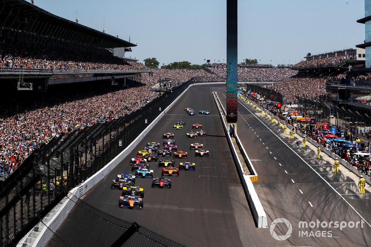 Scott Dixon, Chip Ganassi Racing Honda leads the field at race start